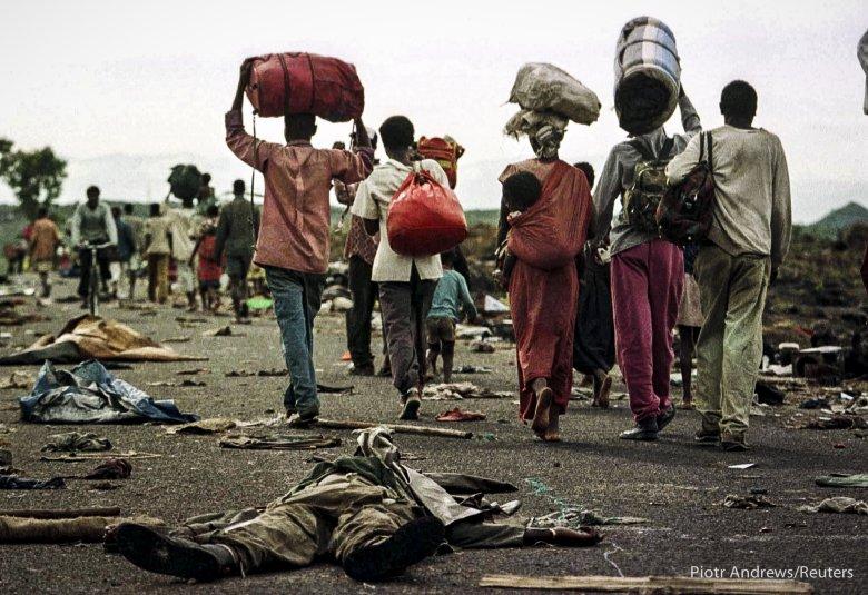 Uchodźcy z plemienia Hutu w drodze do Rwandy. Na drodze leży ciało zabitego w walkach żołnierza armii Zairu.