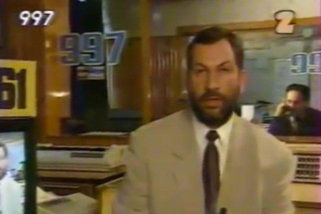 """""""997"""" Michała Fajbusiewicza wraca na antenę TVP. Pierwszy odcinek kryminalnego magazynu w czwartek 5 października o 22.40. Na zdjęciu – program """"997"""" z 1993 r."""