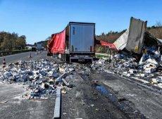 W wyniku zderzenia dwóch tirów na autostradzie A10 stłukło się20 tys. butelek z alkoholem