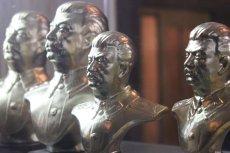 Miniaturowe popiersia Stalina można m.in. kupić w muzealnym sklepiku w Gori.