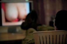Młodzi ludzie pierwszy kontakt z tematem seksualności mają oglądając filmy pornograficzne. Często już nawet 8-latkowie oglądają porno.
