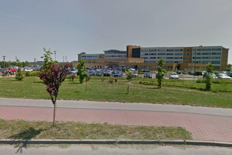Do szpitala powiatowego w Radomsku bez pozwolenia wtargnęli politycy PiS. Chcieli rozdać baniaki z wodą, bo wcześniej ogłosili, że woda w szpitalu jest skażona.