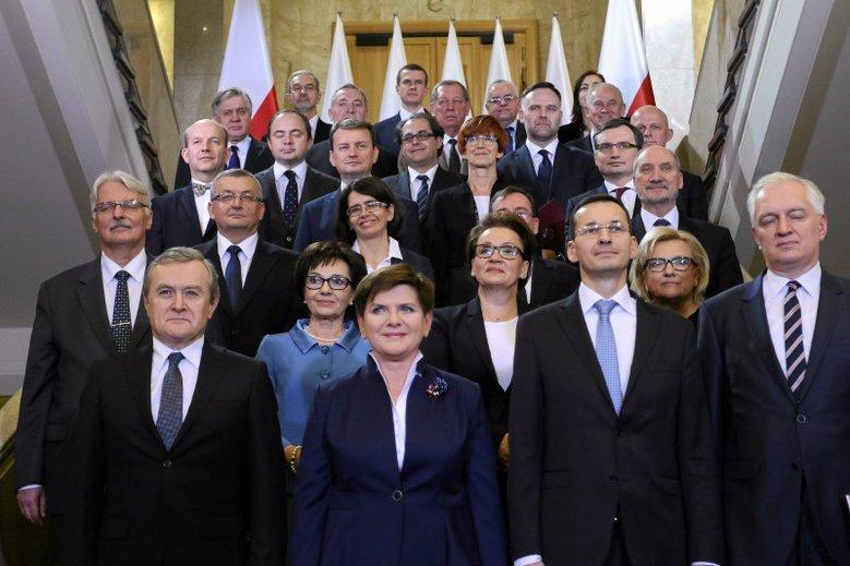 Ministrowie wydawali miliony na nagrody dla swoich pracowników.