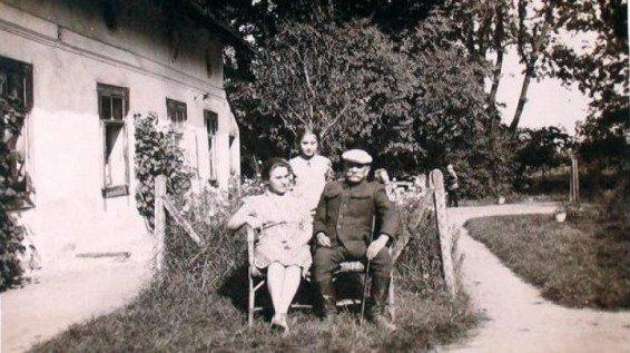 """O tym zdjęciu prof. Maria Janion pisała: """"to się nazywa utrwalić nieobecność!"""" Postać na drugim planie, na końcu drogi to Piotr Włast, czyli Maria Komornicka po przemianie."""