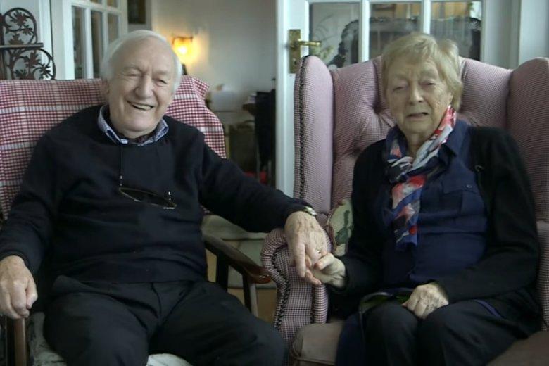 Des ma 84-lata, a z Moną związany jest od 56. Gdy żona zaczęła tracić wzrok, on nauczył się jak wykonywać jej makijaż, aby mogła czuć się kobieco