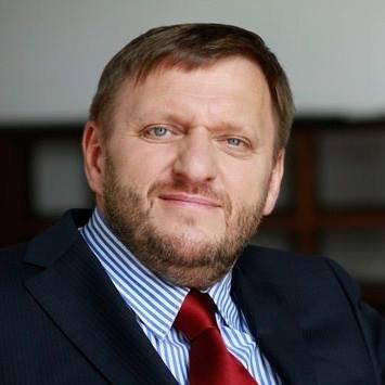 Sławomir Piechota - Poseł na Sejm RP, od lat walczy o prawa osób niepełnosprawnych, opracował między innymi  program obywatelskiej polityki społecznej.