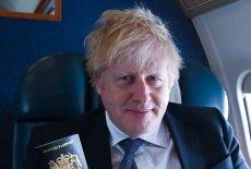 Brytyjski paszport w rękach premiera Borisa Johnsona.