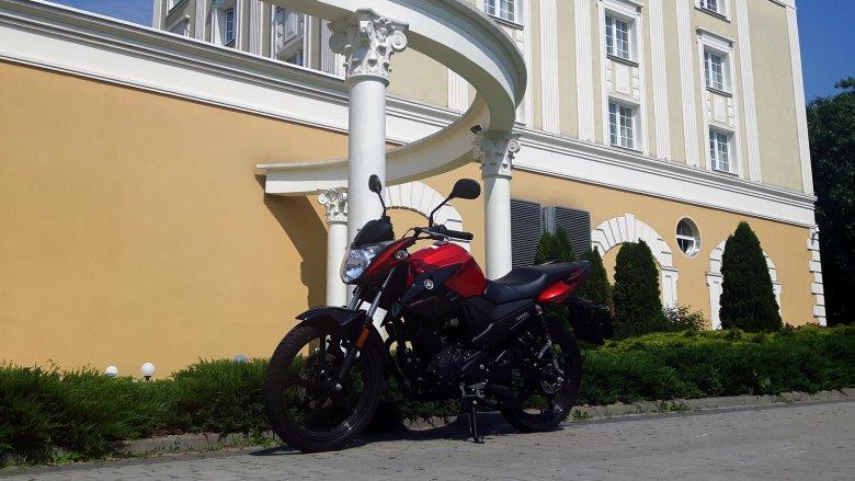 Yamaha YS-125 nie jest duża, ale potrafi zapewnić wiele frajdy z jazdy.