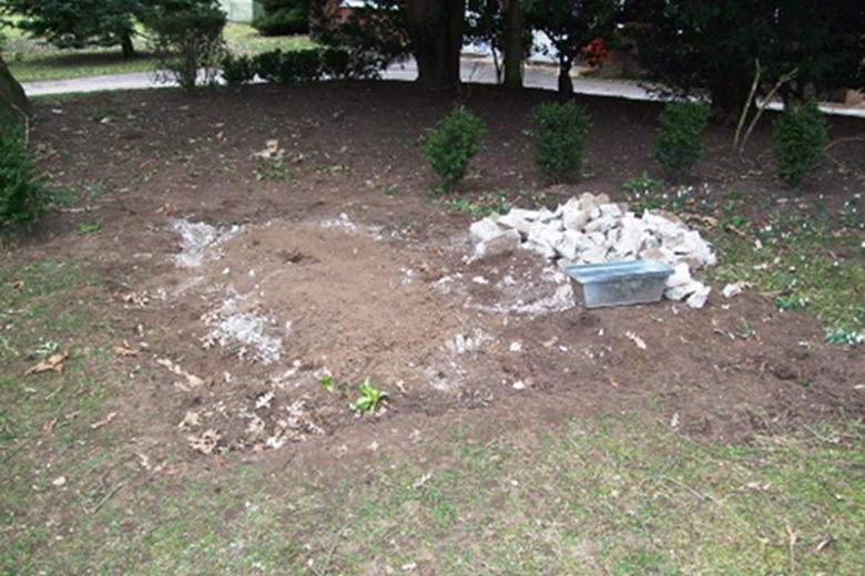 Grób księdza Jarzębowskiego przed ekshumacją