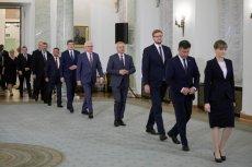 Na zdjęciu sierpniowe zmiany w rządzie - Michał Woś idzie jako trzeci od prawej.