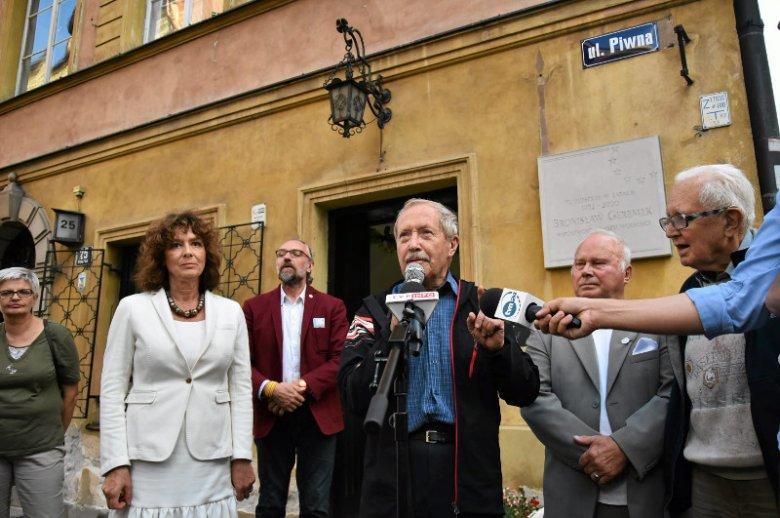 Lipiec 2016 roku. Obchody 8. rocznicy śmierci Bronisława Geremka pod budynkiem w którym mieszkał.
