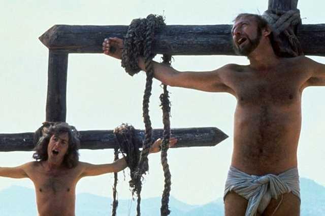 """Klatka końcowej sceny filmu """"Żywot Briana"""" (""""Monty Python's Life of Brian"""") (1979)"""
