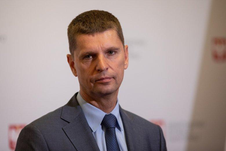 Minister stara się opanować zamieszanie wokół rekrutacji do szkół.