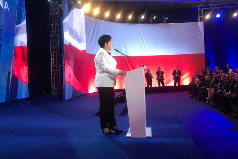 Była premier Beata Szydło pojawiła się na scenie po przemowach Jarosława Kaczyńskiego i Mateusza Morawieckiego.