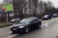 Czerwone seicento prześladuje kolumny samochodów BOR. Tym razem na trasie spotkał je prezydent Duda