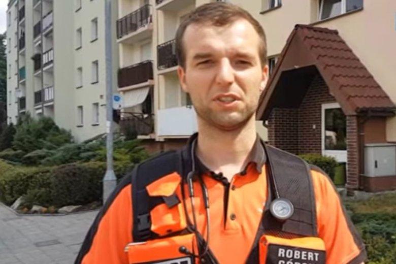 Robert Górski wszedł do mieszkania po kratkach balkonowych. Wszystko dlatego, że w środku był nieprzytomny mężczyzna i lekarz uznał, że liczy się każda minuta.