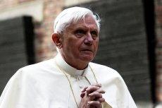 Benedykt XVI poucza Franciszka.