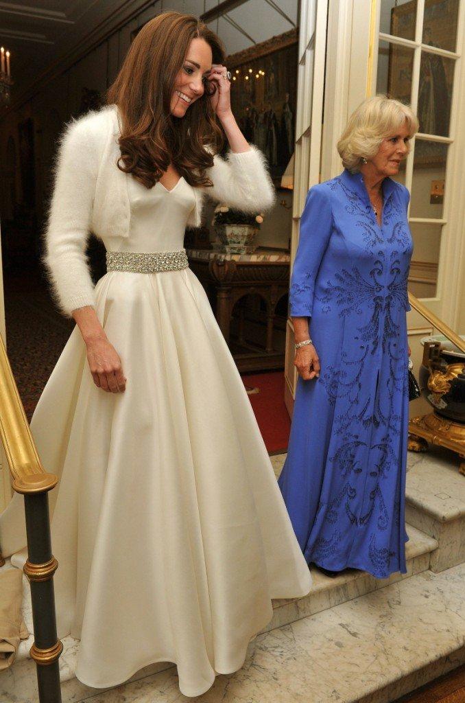 Druga, mniej znana kreacja ślubna Kate, założona podczas prywatnego przyjęcia również była dziełem Sarah Burton, dyrektor kreatywnej McQueen