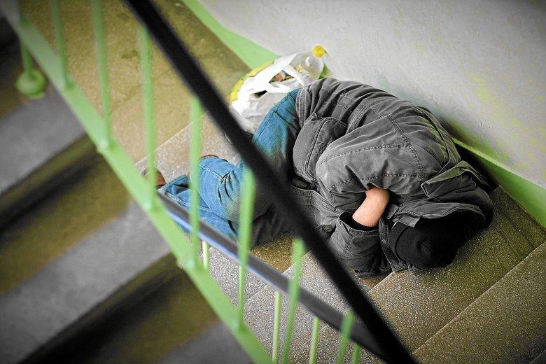 Niejeden bezdomny woli spać na klatce schodowej niż w schronisku.