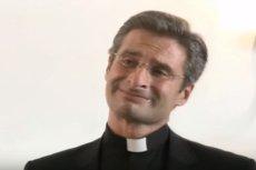 Ks. Krzysztof Charamsa jest zbulwersowany przeprosinami Watykanu za słowa włoskiego Radia Maryja.