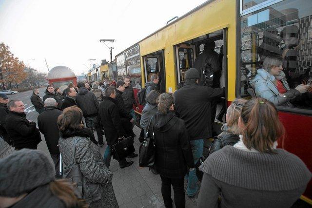 Bywa tłoczno. Początek szczytu na przystanku tramwajowym róg ul. Domaniewskiej i Wołoskiej
