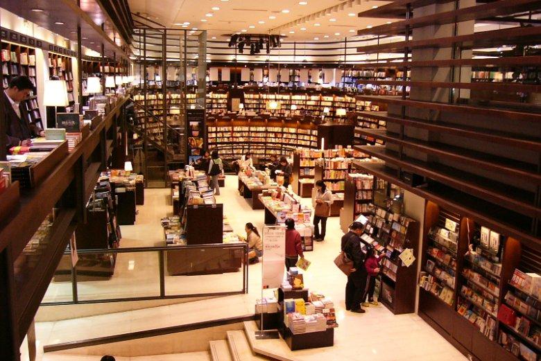 Księgarnie sieci Eslite są czynne przez całą dobę. I można w nich czytać książki jak w bibliotece