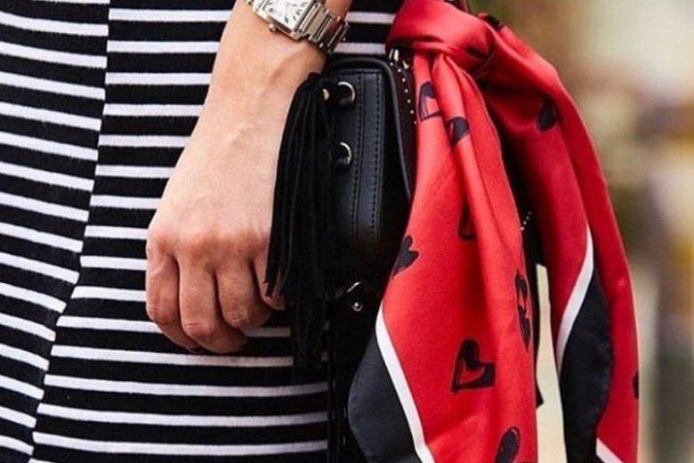Przyczepiona chustka przy torebce wygląda modnie i stylowo