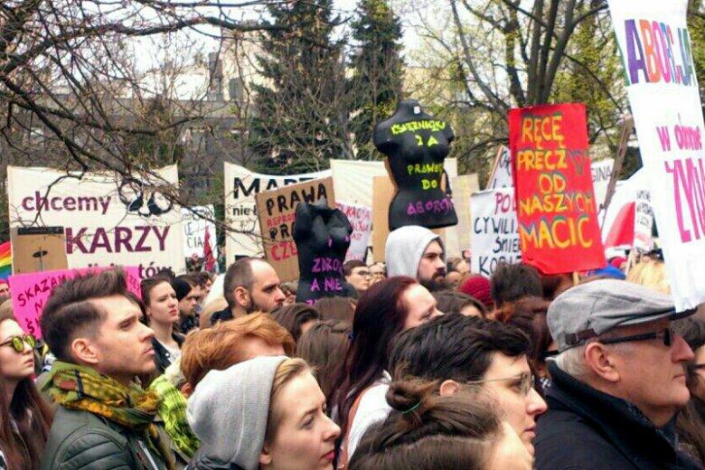 """W Warszawie pod hasłem """"Odzyskać wybór"""" manifestowały osoby sprzeciwiające się totalnemu zakazowi przerywania ciąży."""