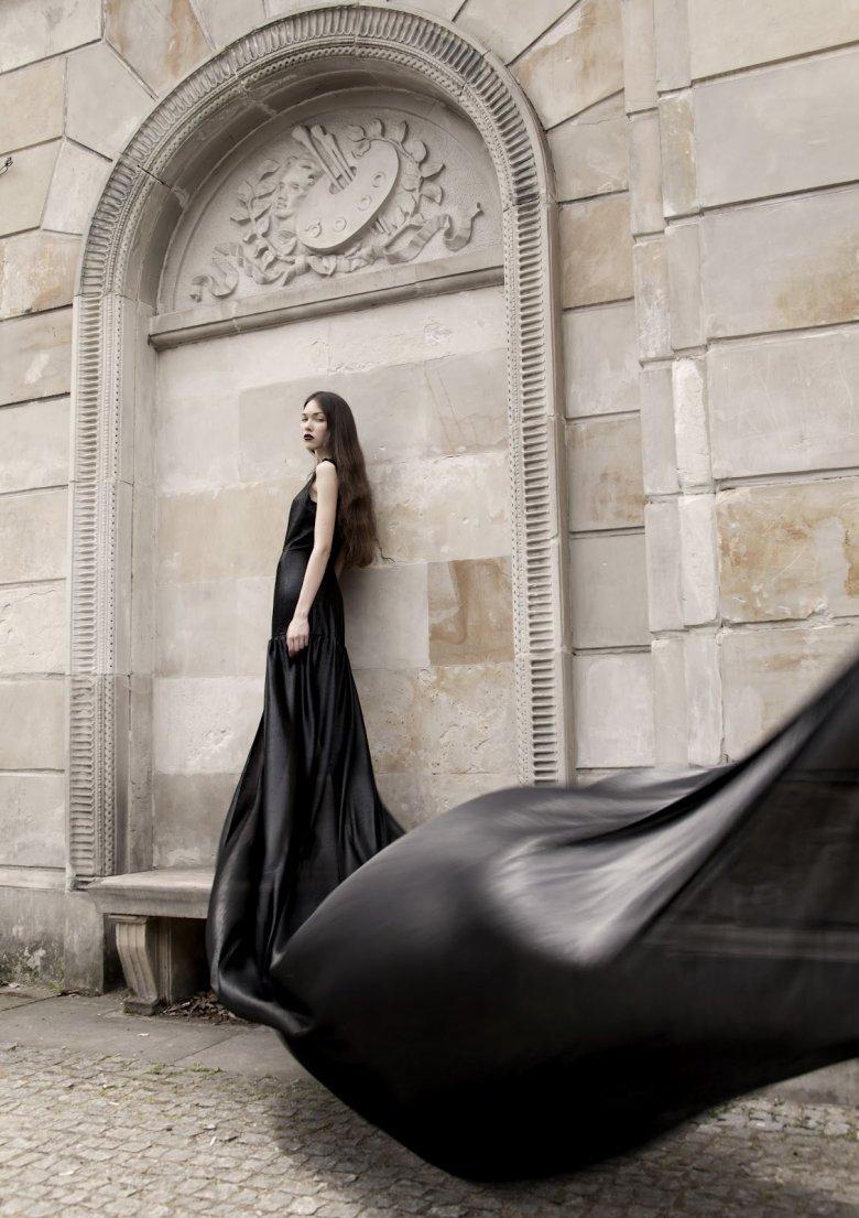 """Suknia z 7-metrowym trenem. Kolekcja """"Griserie""""."""