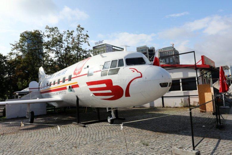 Samolot-restauracja na Pl. Defilad w Warszawie był samowolą budowlaną. Jego rozbiórce towarzyszyła awantura i pożar.