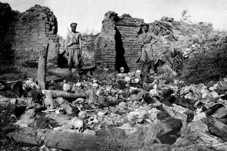 To jedno z mniej drastycznych zdjęć z rzezi Ormian. Nie chciałem dawać na przykład rzędów ukrzyżowanych ciężarnych Ormianek z szacunku dla ofiar