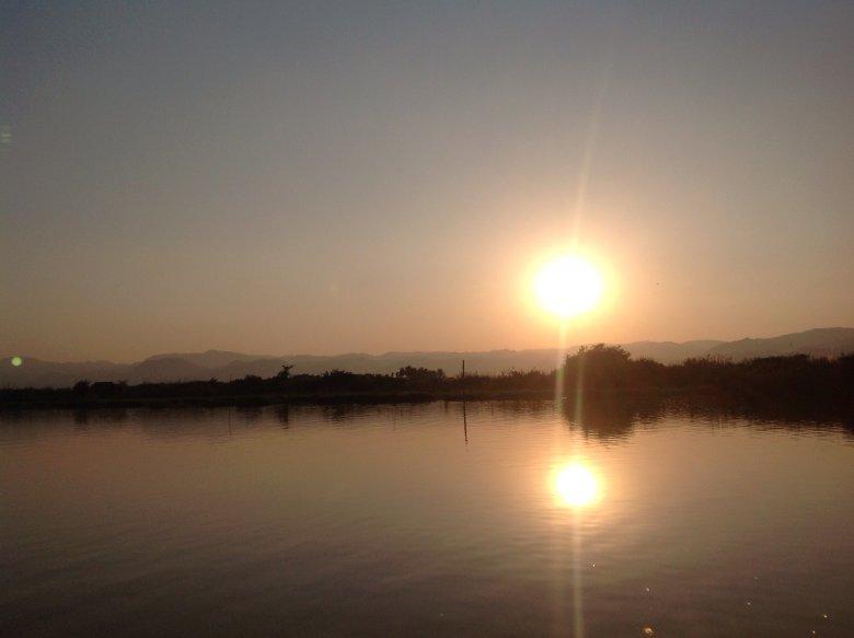 Zachód słońca nad jeziorem Inle/ Birma.