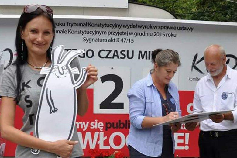 Marta Tita Michalska dowodziła pikietą KOD pod Kancelarią Premiera