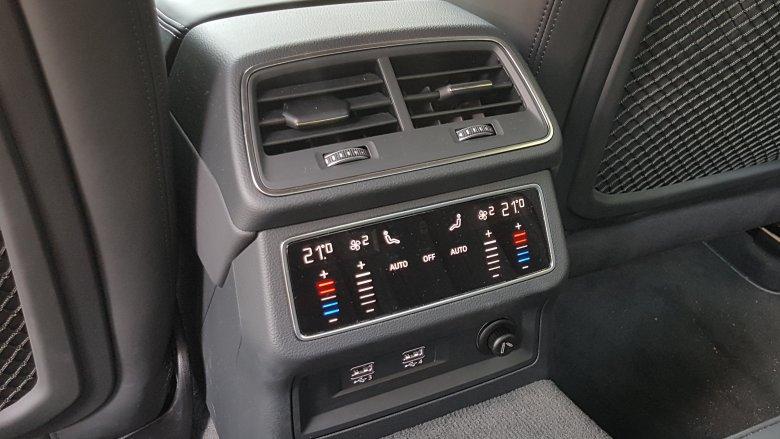 Auto wyposażone jest w 4-strefową klimatyzację.