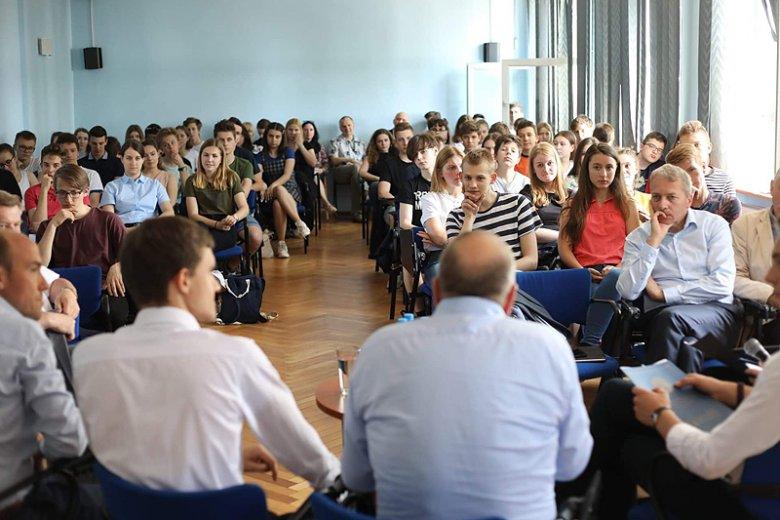 Politycy PO ruszyli w teren. Grzegorz Schetyna spotkał się z młodzieżą w Sosnowcu.