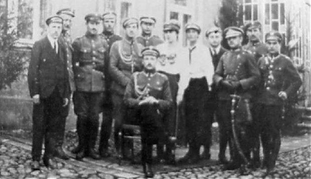 Adam Rudnicki (siedzi w środku) - przywódca zwycięskiego powstania sejneńskiego.