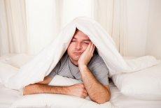 Chcąc rozwiązać problemy ze snem, nie musisz od razu sięgać po środki farmaceutyczne. Być może wystarcza zmiana trybu życia i diety
