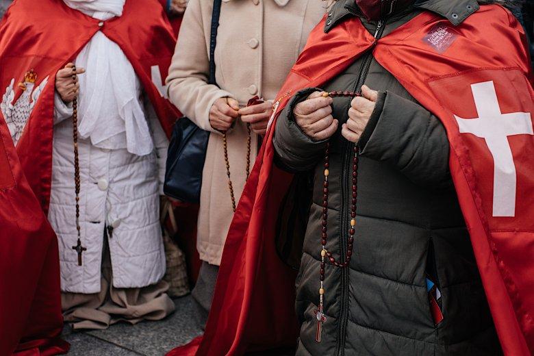 """Uczestnicy Narodowego Marszu Różańcowego przepraszali Boga za """"profanacje, do których posuwają się środowiska LGBT""""."""