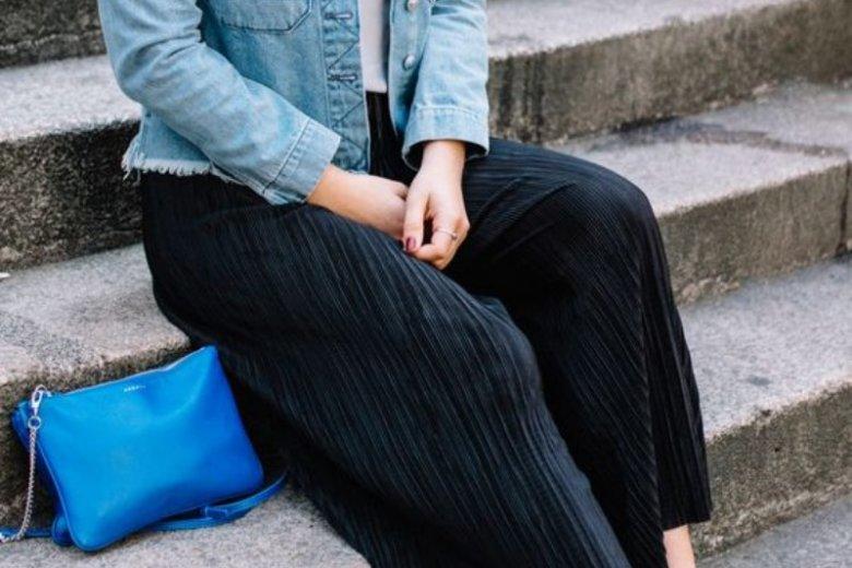 Kurtka jeansowa zgra się też z kulotami