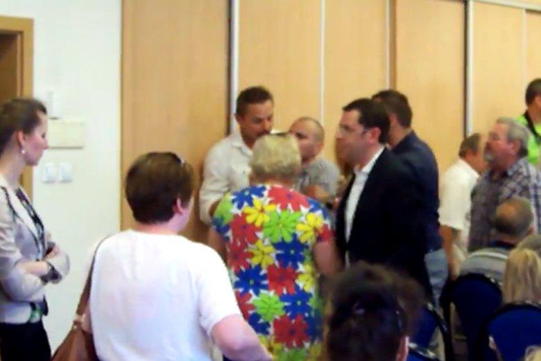 Podczas spotkania z Ryszardem Czarneckim jeden z uczestników dostał ataku epilepsji. Na sali słychać było europosła krzyczącego o prowokacji.