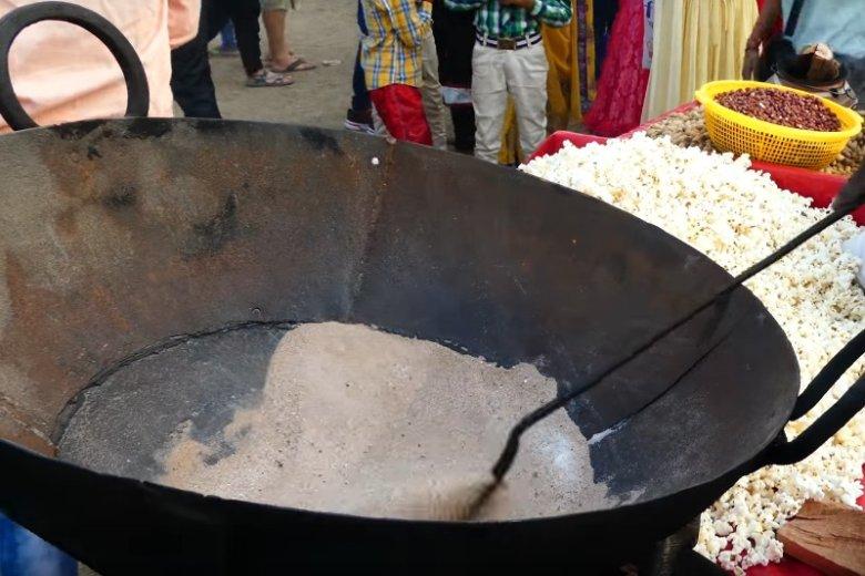 Piach można wykorzystać również do prażenia kukurydzy