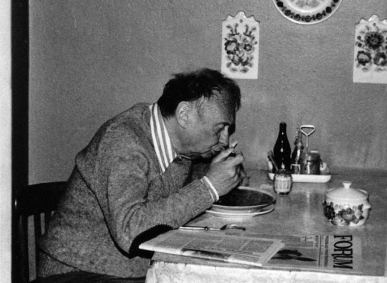 Stefan Kisielewski w warszawskim mieszkaniu przy alei Szucha