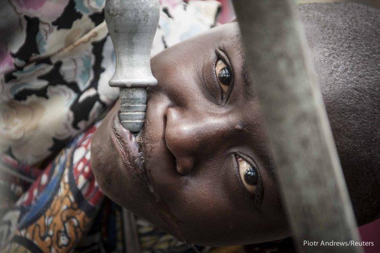 Dziecko przy prowizorycznym kranie w obozie dla uchodźców w Kongo.