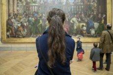 """To zdjęcie z Luwru w Paryżu pokazuje widok z oczu osoby, która stoi tyłem do obrazu """"Mona Lisa"""""""