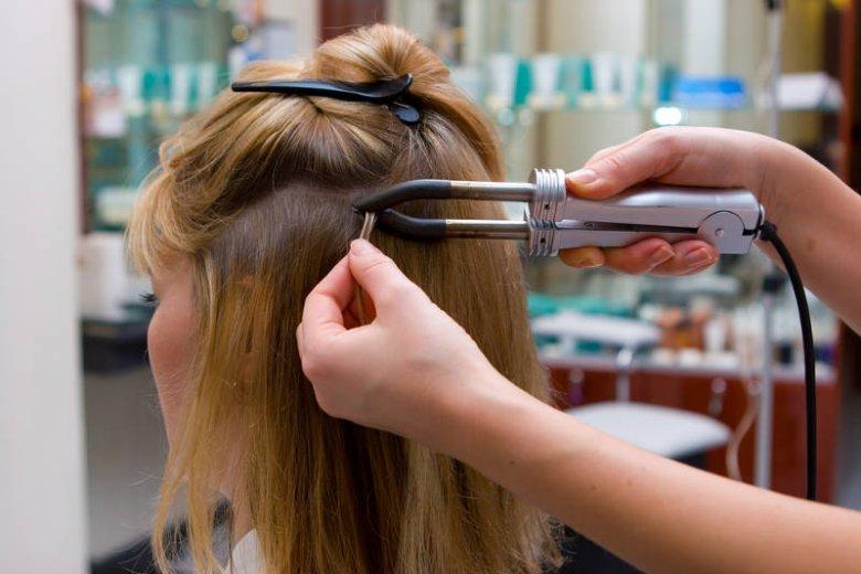 Kolejnym zabiegiem, który może zniszczyć włosy jest ich przedłużanie. U niektórych kobiet kończy się wypadaniem całych kępek włosów