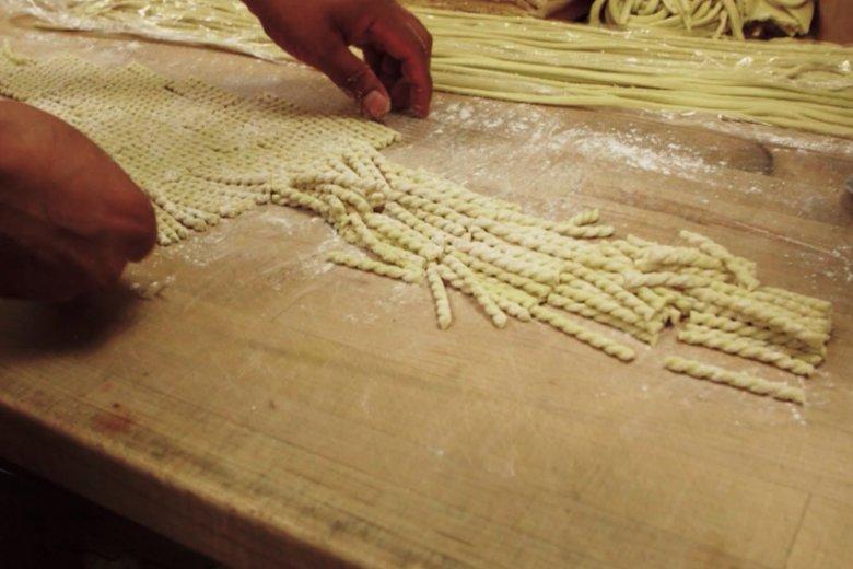 Ręcznie robiony makaron w Marea, restauracji White'a.
