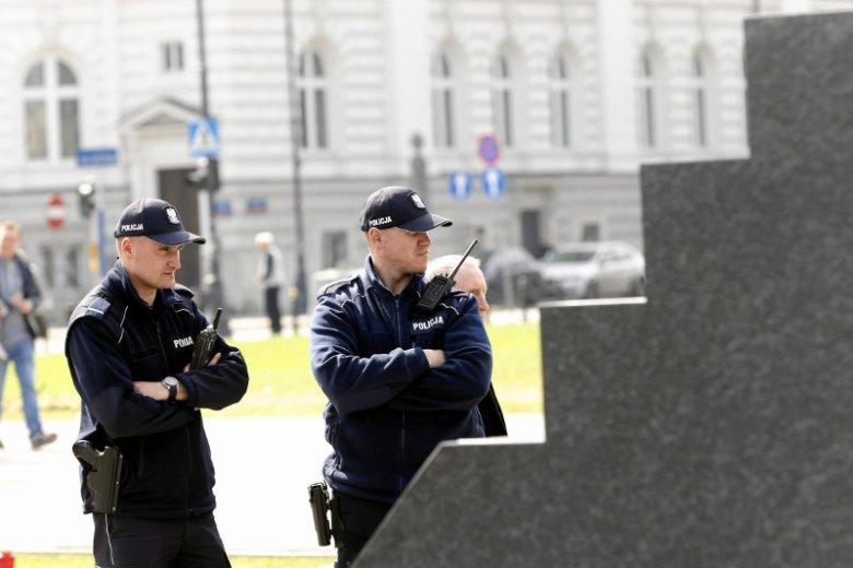 Policjanci dzień i noc pilnują pomnika ofiar katastrofy smoleńskiej.