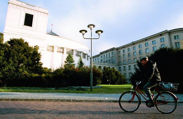 Grudzień 1994 roku, Janusz Onyszkiewicz przed Sejmem na rowerze. Do dziś w taki sposób porusza się po mieście.