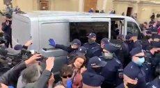 Posłanka Klaudia Jachira pokazała na Twitterze, jak została potraktowana przez policję w trakcie sobotniego protestu przedsiębiorców na Placu Zamkowym w Warszawie.