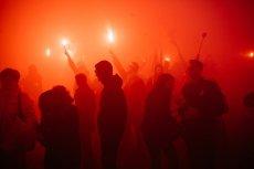 Policja poszukuje osób, które odpaliły race na Marszu Niepodległości 2018 roku (zdjęcie poglądowe)
